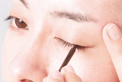 STEP3.まつ毛の生え際へブラシで塗る